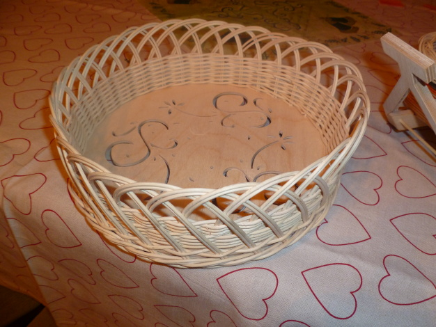Netradičný košík z pedigu ozdobený ručne vyrezávaným dnom
